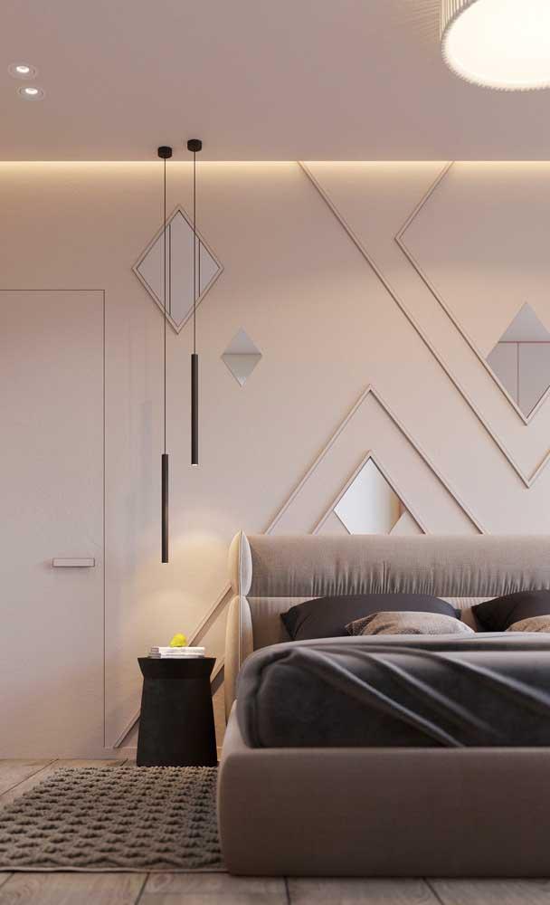 Se o pé direito for alto, opte por pendentes de corpo comprido que preenchem melhor o espaço vertical da parede