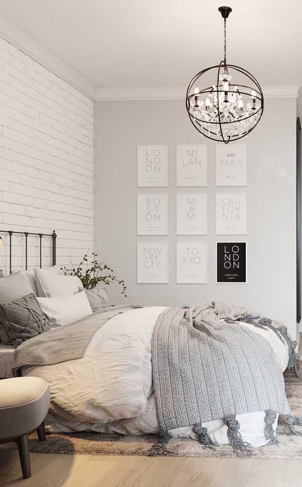 Esse quarto moderno e elegante apostou em um pendente de cristal sobre a cama