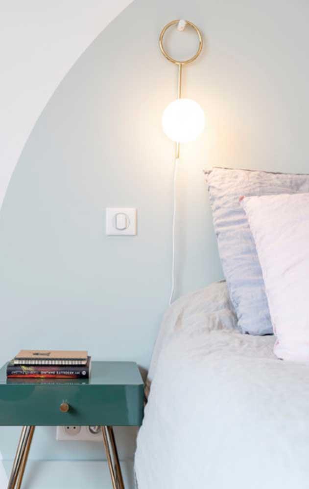Ligado na tomada e pendurado na parede: solução simples e prática para ter um pendente no quarto