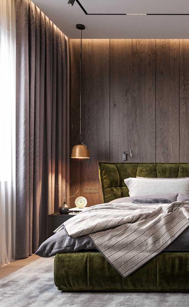 Esse quarto de casal traz nos pendentes a solução para uma iluminação aconchegante, sensação reforçada pela luz embutida na sanca de gesso