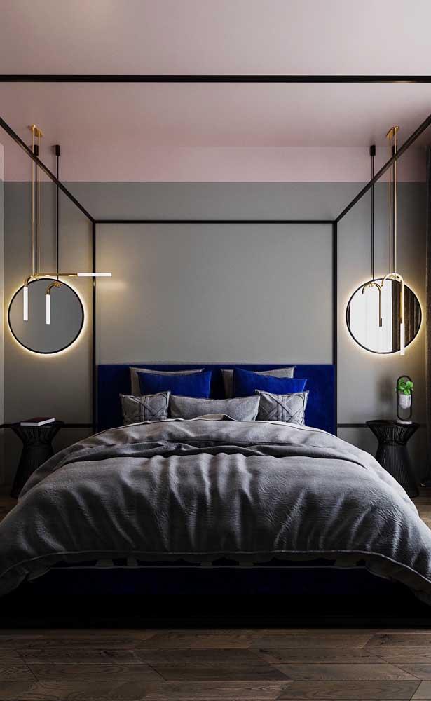 Um bom truque por aqui: o espelho na frente dos pendentes reflete a luz pelo quarto