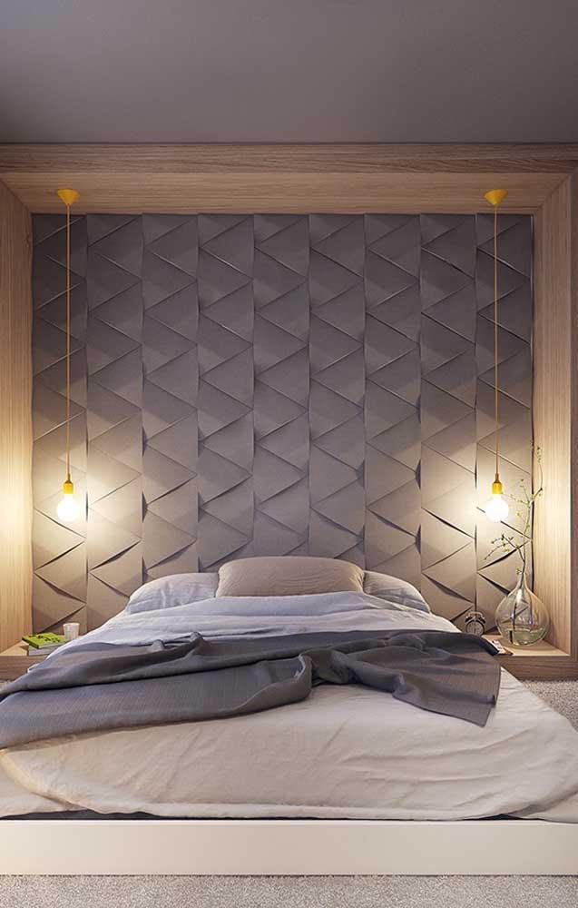 O nicho de madeira que comporta a cama trouxe dois pendentes de fio amarelo para ser o destaque do quarto