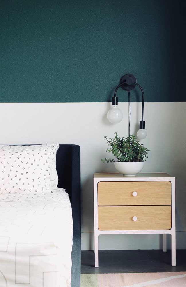 Modelo de pendente simples para quarto, mas que se diferencia por usar lâmpadas em tamanhos diferentes