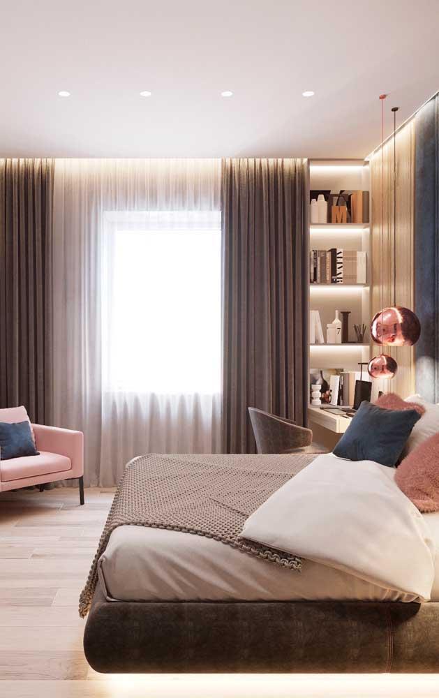 Pendente para quarto rosé gold: a cúpula fechada de metal transmite uma luz toda especial no ambiente