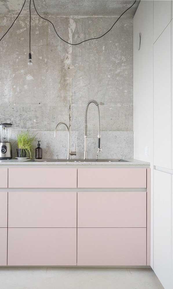 A cozinha rústica de influência industrial apostou em um tom salmão, quase rosa, para colorir os armários