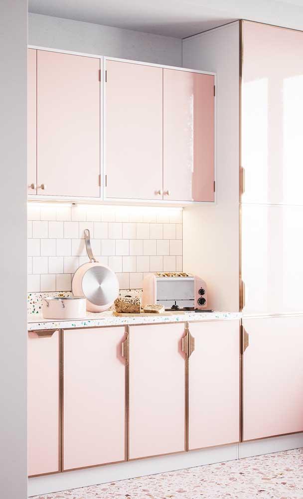 Já nessa outra cozinha, de influência retrô, o salmão forma uma combinação perfeita com o piso de granilite