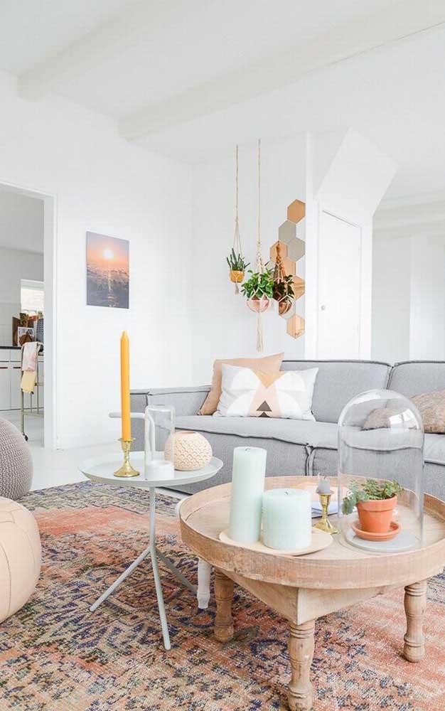 Olha essa sala de estar que linda! Aqui, a inspiração é toda salmão, perceba que o tom entra em todos os detalhes