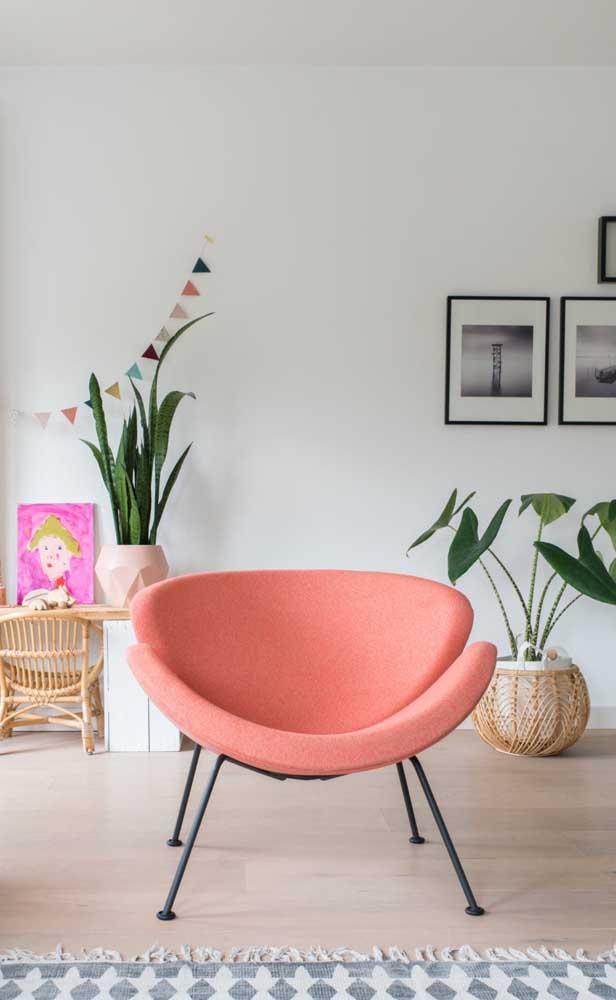 Mas se você ama móveis com design vai se apaixonar por essa poltrona cor salmão