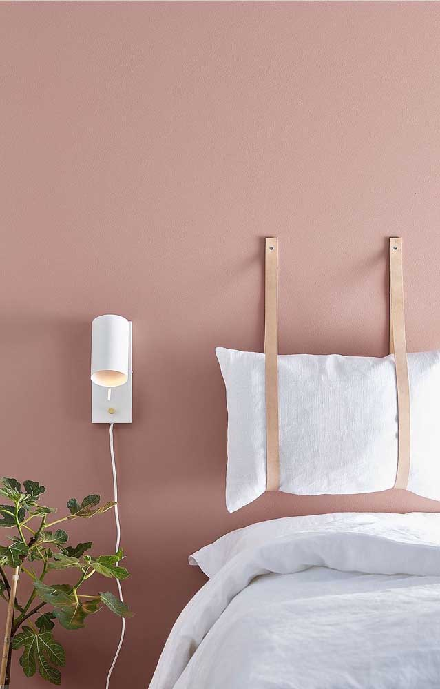 Parede salmão no quarto do casal; o melhor jeito de inserir a cor na decor é pintando as paredes