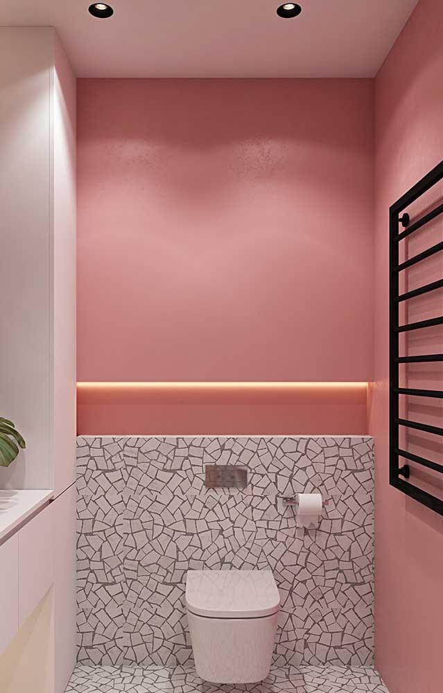 Linda inspiração de lavabo com paredes salmão; repare que a iluminação embutida deu um toque todo especial ao ambiente