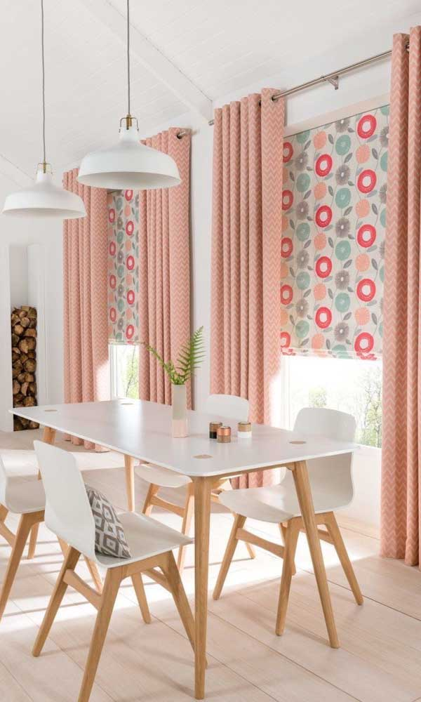 Sala de jantar branca decorada com cortinas cor salmão