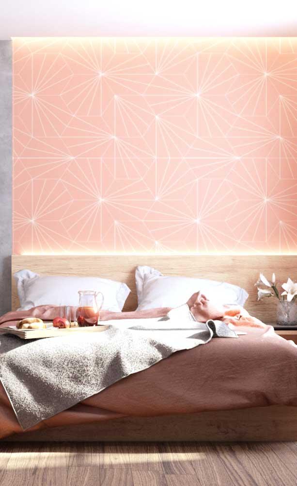 Salmão na parede e na roupa de cama, só que em tonalidades levemente diferentes