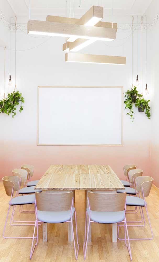 Que lindo efeito degrade na parede, começando pelo branco, junto ao teto, até chegar ao tom de salmão rente ao piso