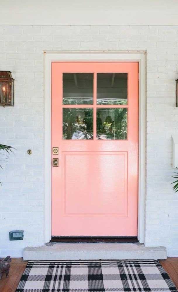 E por falar em porta, o que acha de uma porta salmão logo na entrada de casa? Maravilhosa!