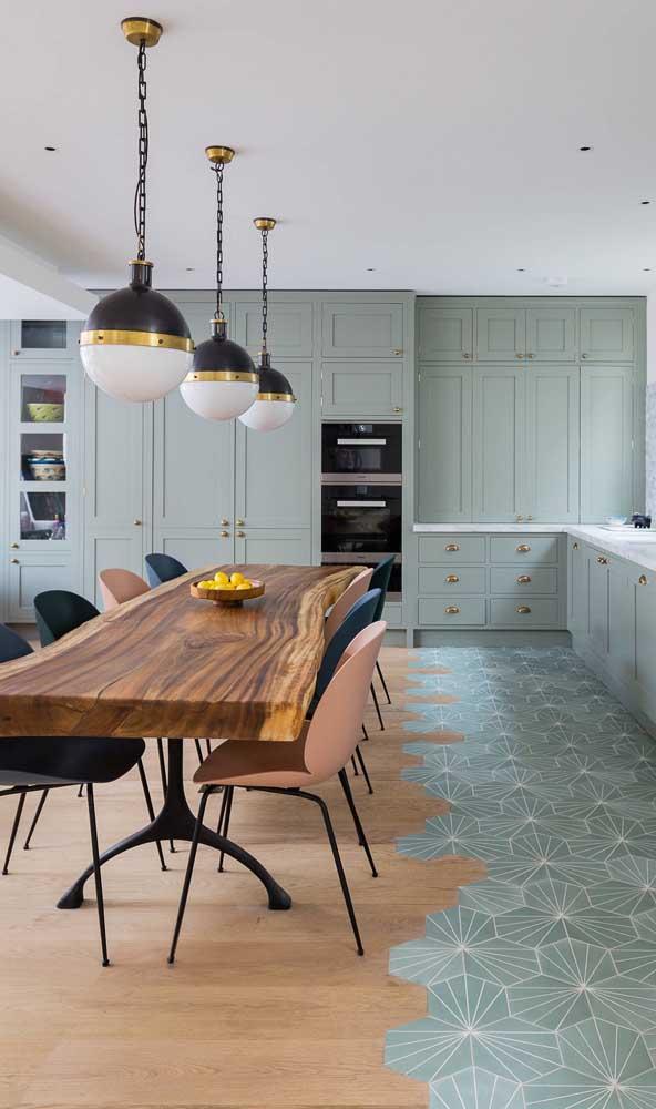 Essa cozinha ampla trouxe cadeiras em duas cores bem diferentes e contrastantes: preto e salmão