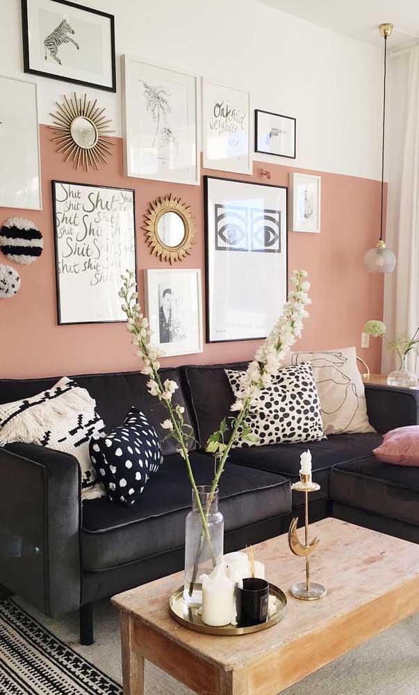 Que composição elegante e moderna nessa sala! Aqui, meia parede ganhou o tom salmão, enquanto o restante foi pintado de branco; nos detalhes, preto e dourado