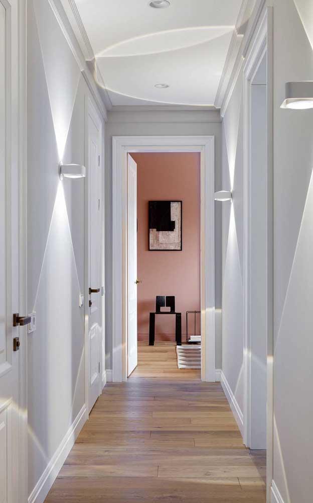 Essa casa de paredes brancas revela uma linda surpresa cor de salmão ao final do corredor