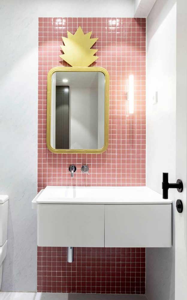 Pastilhas salmão nesse banheiro também, só que dessa vez colorindo a parede da bancada da pia