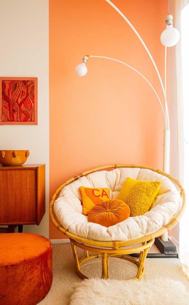 Quente e acolhedora, essa sala de estar trouxe a combinação entre salmão, amarelo e laranja