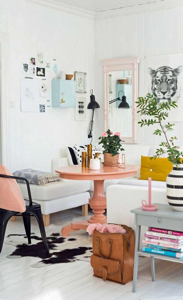Detalhes em cor salmão para a sala de estar de base branca e cinza