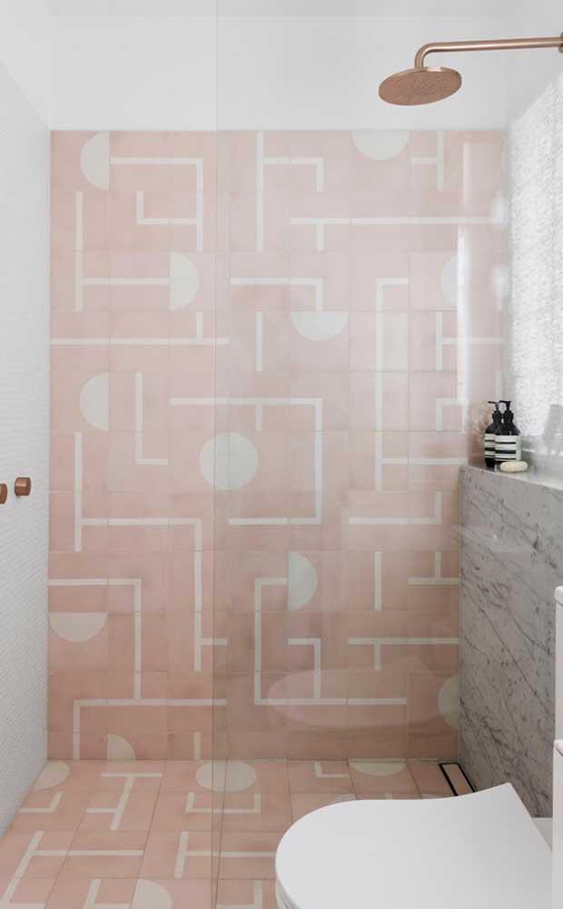 Cinza, branco e salmão compõe a paleta de cores desse banheiro moderno