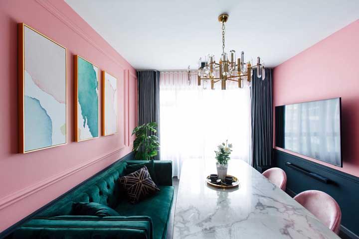 Que luxo essa sala decorada em tons de salmão e verde! Repare que as texturas são parte integrante desse conjunto sofisticado e contemporâneo