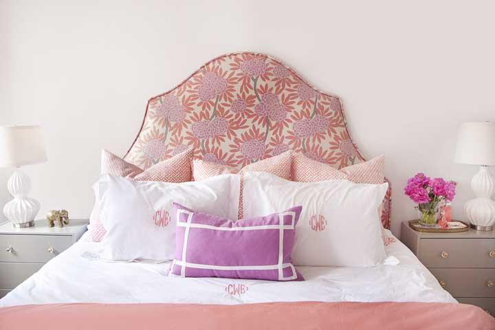 Cabeceira de cama salmão, colorida e florida! Não é pouco não!