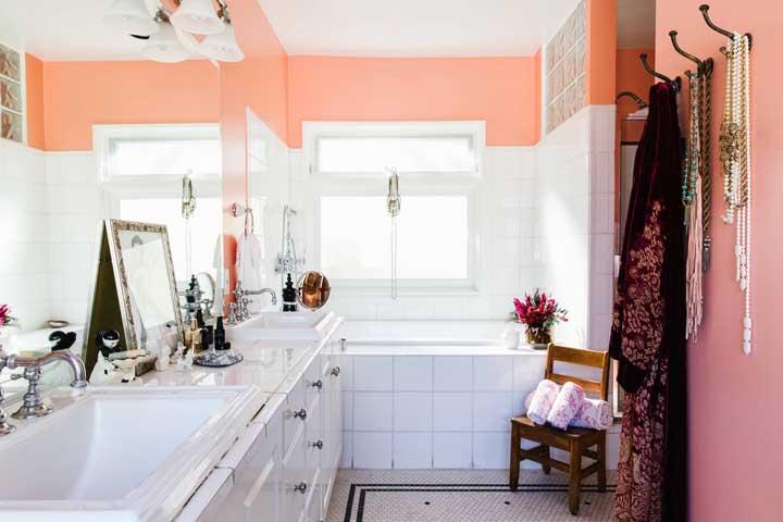 Esse banheiro retrô ganhou faixas salmão na parte superior