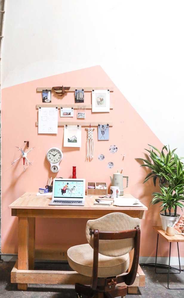 Parede geométrica salmão no home office: calor e aconchego para o ambiente de trabalho