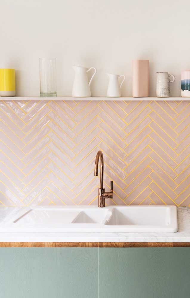 Que tal usar azulejos de metro na cor salmão? Só que com um detalhe: com rejunte amarelo