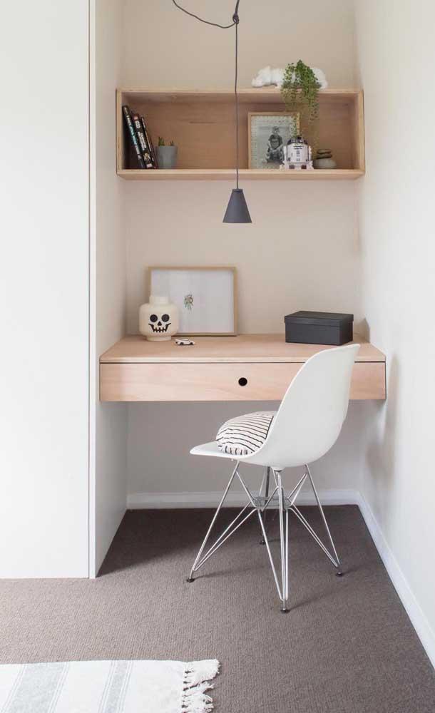 A luminária pendente sobre a mesa de estudo garante um reforço a mais na iluminação