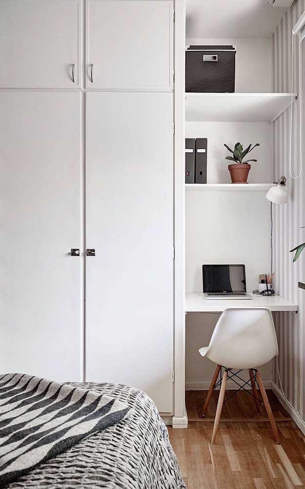 Quarto pequeno com mesa de estudo suspensa; modelo certo para quem busca otimizar os espaços