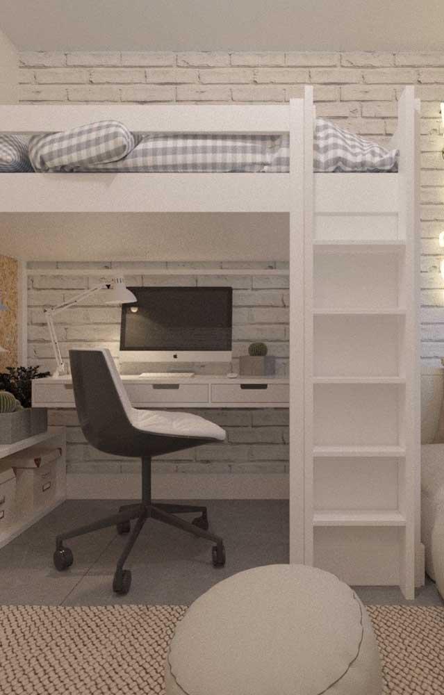Já para o quarto de adolescente, a mesa de estudo foi colocada sob a cama suspensa