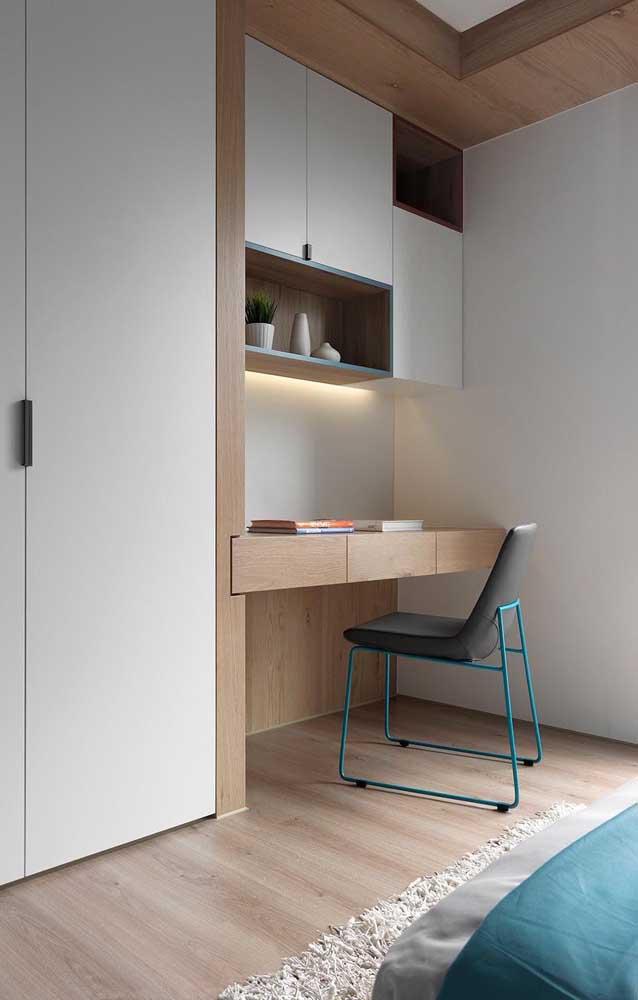 Mesa de estudo planejada para o quarto; nesse modelo, a mesa foi embutida junto ao armário