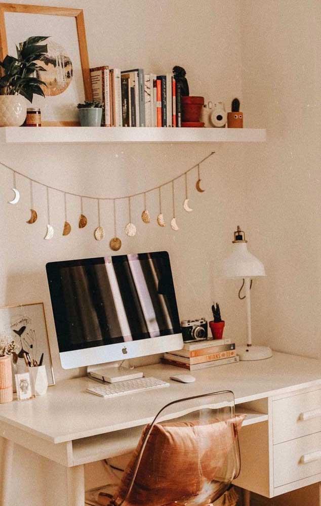 Mesa de estudo pequena para quarto; as duas gavetinhas são uma mão na roda para ajudar a manter tudo no lugar