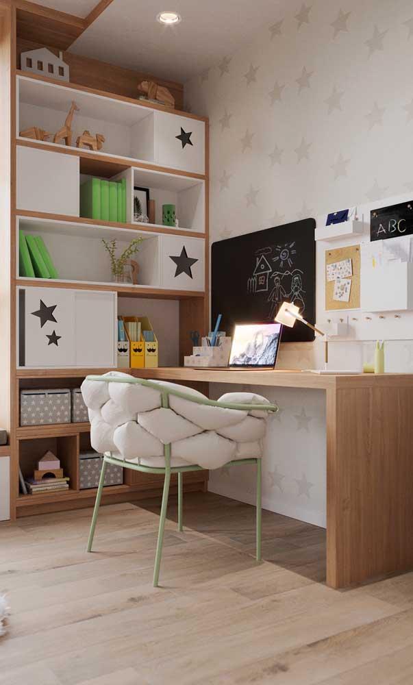 Mesa de estudo amadeirada para o quarto; o conforto visual da madeira deixa a área de estudos mais prazerosa