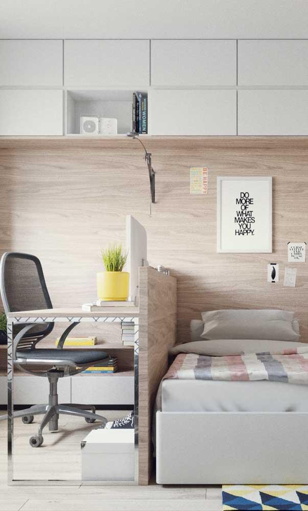 Espaço de estudos e espaço de descanso: tudo bem demarcado nesse quarto