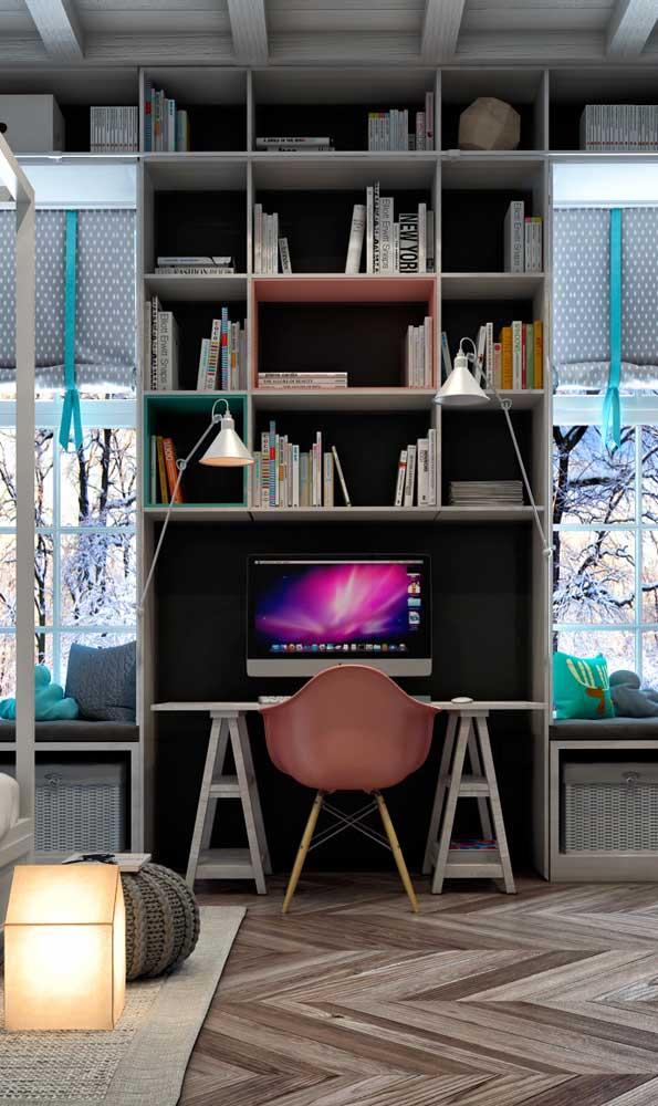 Mesa de estudo para quarto em estilo cavalete; os nichos ajudam a acomodar o que não cabe na mesa