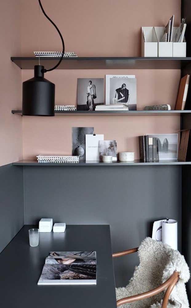 Mesa de estudo preta; elegância até nos momentos feitos para estudar