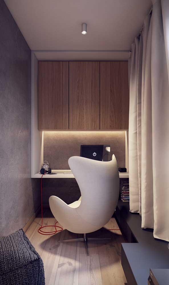 A mesa de estudo simples ganhou a companhia de uma cadeira pra lá de confortável e estilosa