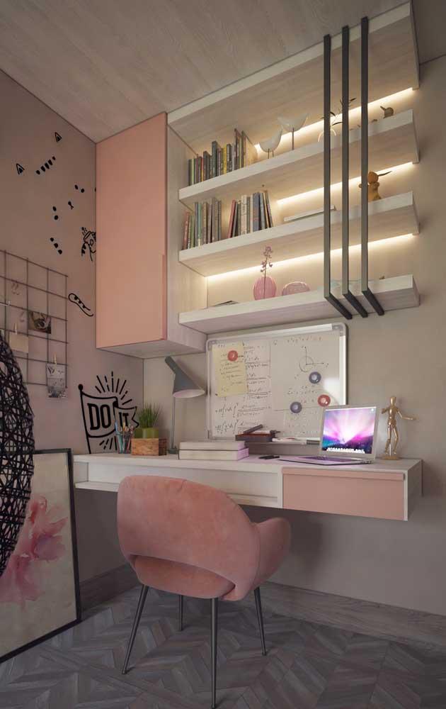 Mesa de estudo para um quarto bem feminino
