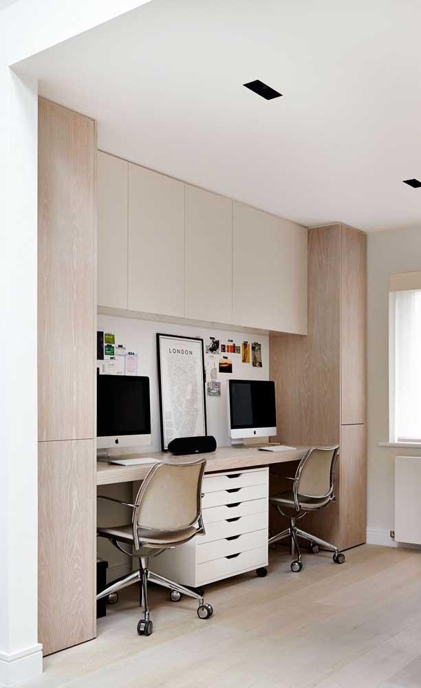 Nessa mesa de estudos compartilhada, o gaveteiro faz a divisão entre o espaço de cada um