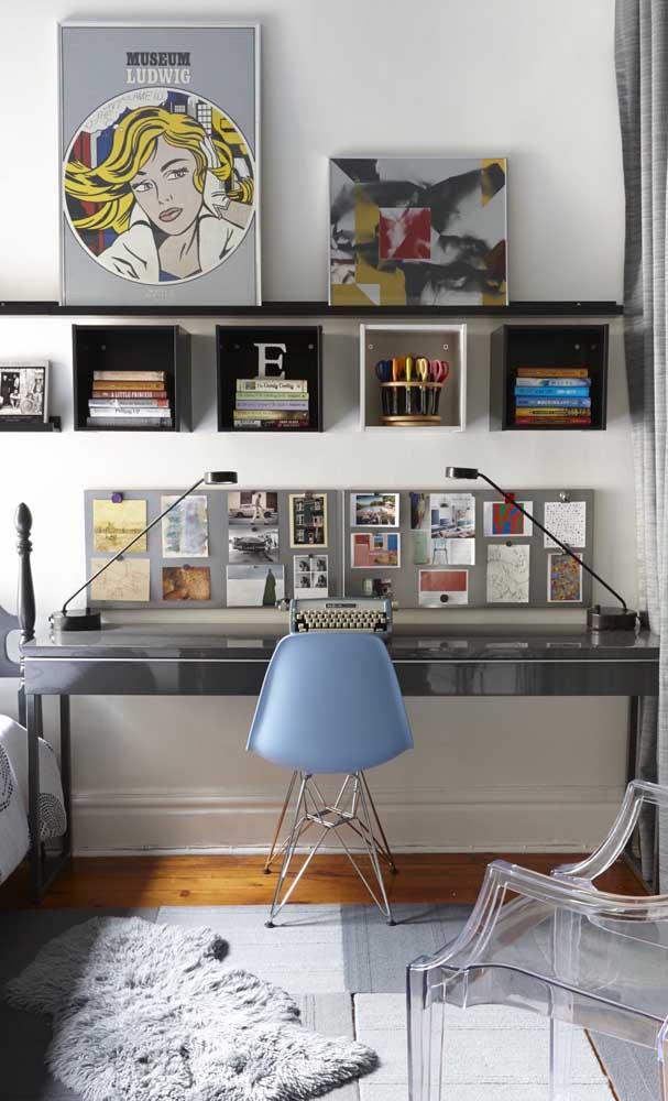 Mesa de estudo metálica para um quarto moderno; no entanto, é impossível não se admirar com o contraste retrô trazido pela máquina de escrever