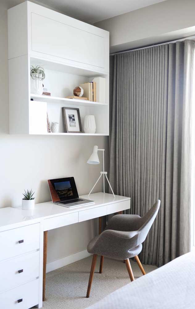 Mesa de estudo branca pertinho da janela