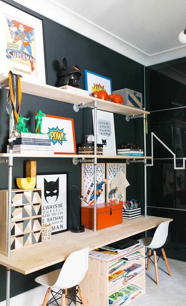 Mesa de estudo para quarto infantil decorada com tema de super heróis