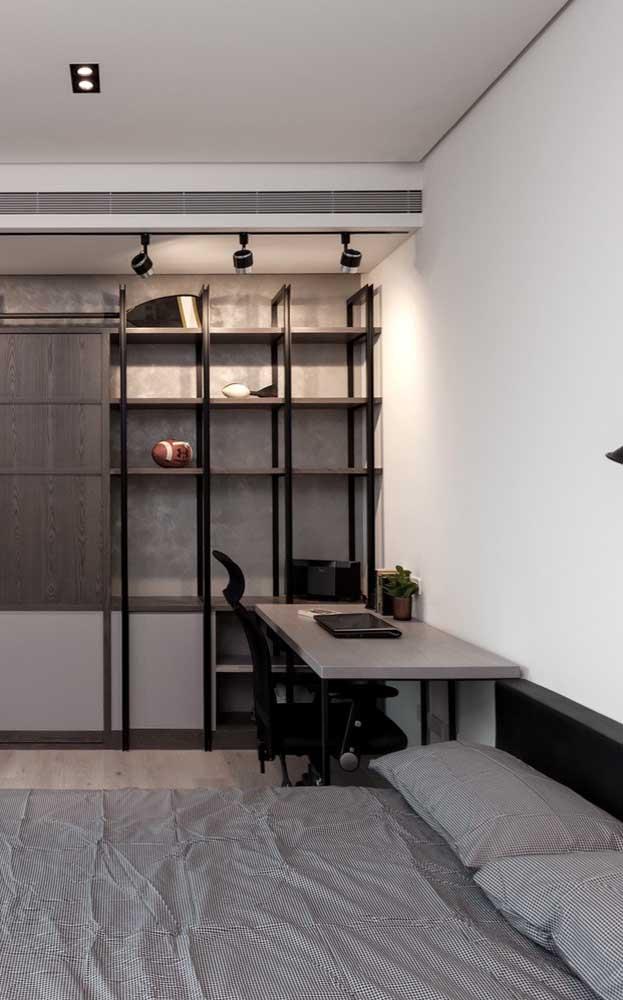 Aqui, a mesa de estudo segue o mesmo estilo do restante dos móveis do quarto