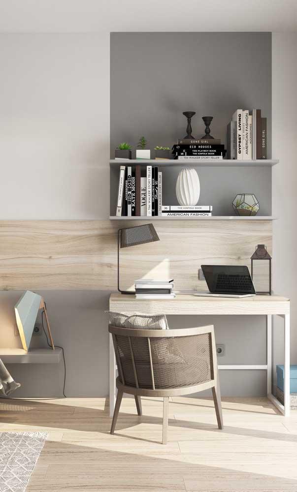 Mesa de estudo pequena e simples para quarto, mas completamente capaz de dar conta do recado