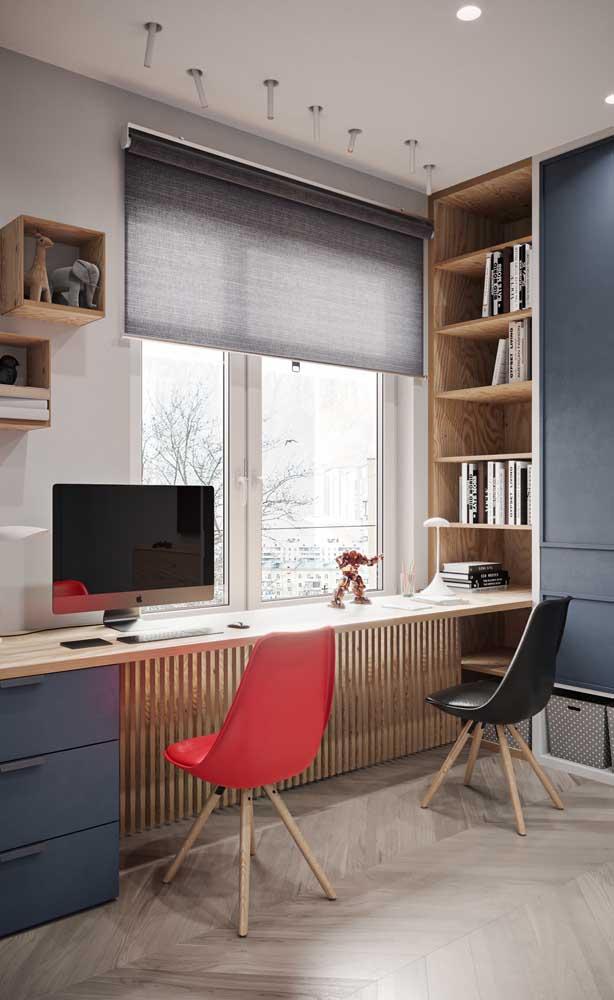 Modelo de mesa de estudo para quarto compartilhado; a extensão do móvel permite que cada um tenha seu próprio espaço