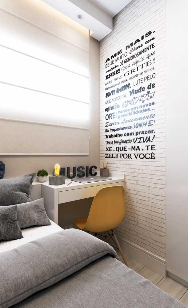 Mesa de estudo para quarto em um modelo branco super simples, mas bem funcional