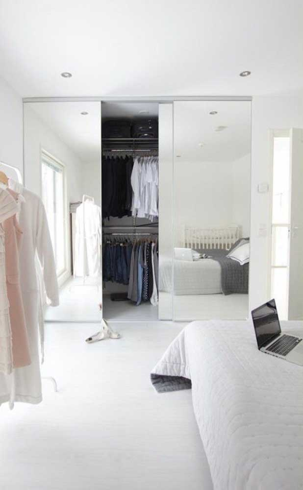 Atrás da porta espelhada existe um closet de tamanho e configuração perfeita para o quarto do casal